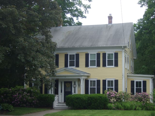 Cozy Home in Center of Town - Westborough - Dom