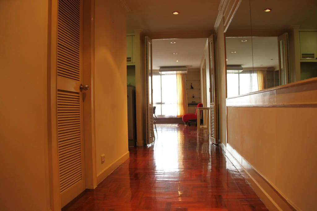 This is the entrance.... Nice smooth parquet floors