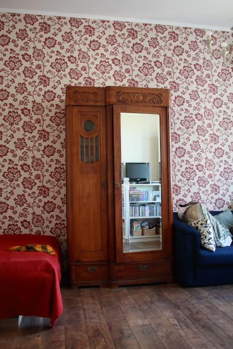 в комнате - двуспальная кровать и небольшой раскладной диван