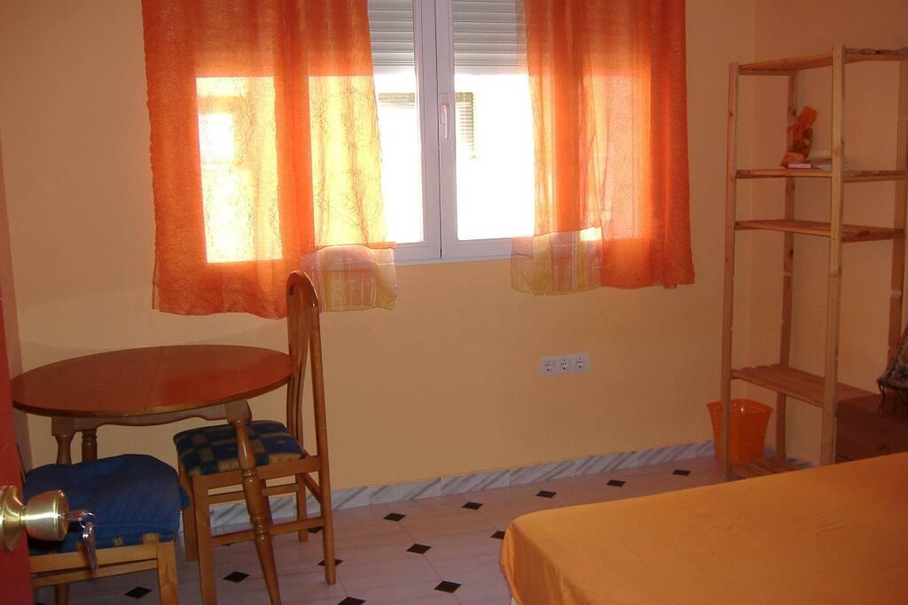 habitación naranja con mucha luz