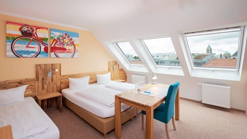 Hotel Stadtvilla Central (Schweinfurt), Helles und gemütliches Dreibettzimmer mit 25 Qudratmeter