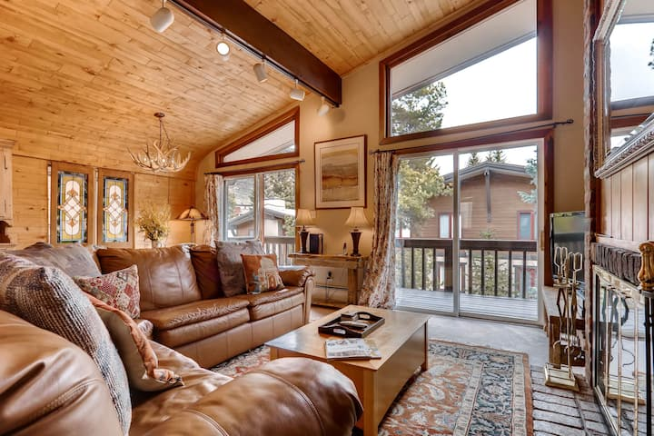 Walk to Golden Pk Ski School. Vaulted Ceiling, Fireplace | All Seasons C2