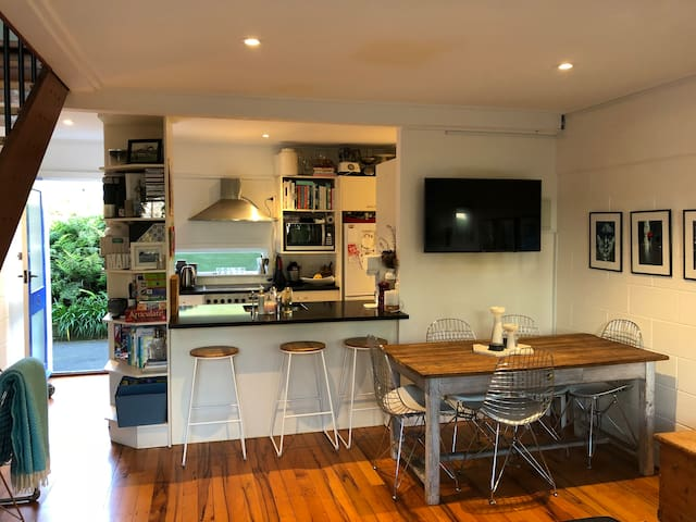 Cosy City Fringe Apartment - 2 Bedroom