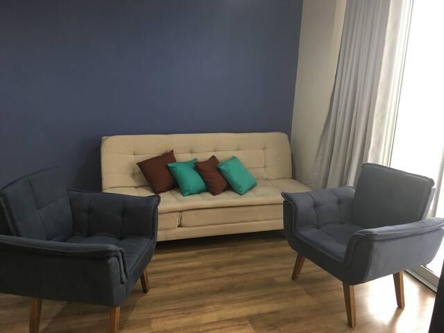 Um confortável sofá cama de casal, reclinável com ajuste para leitura ou assistir TV e uma linda e confortável sala de estar.