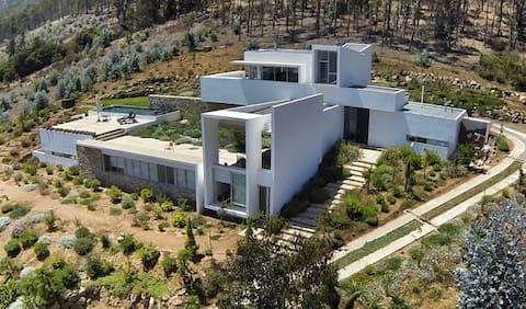 Современный дом с захватывающим видом.