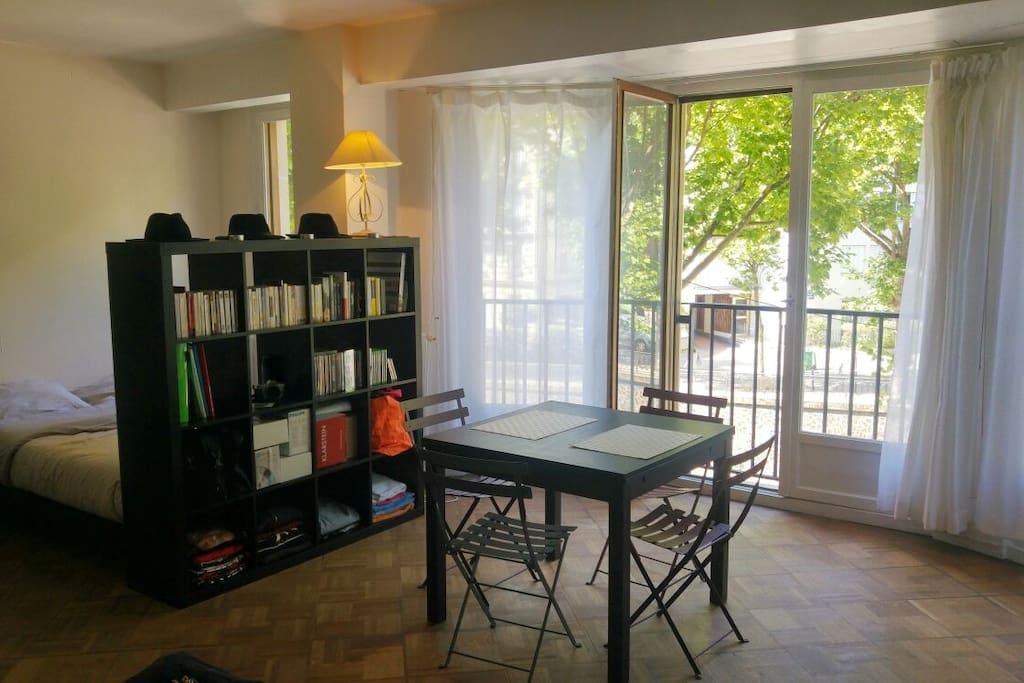 Grande pièce à vivre avec bow window et table à manger