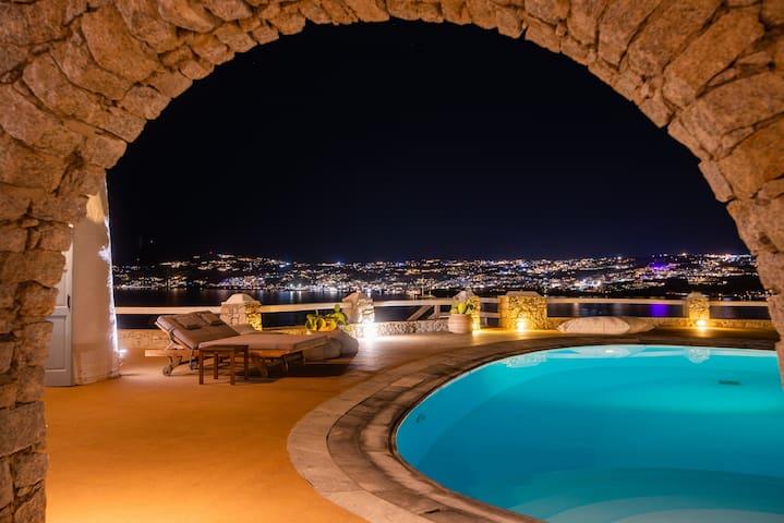 Amazing View!! Very  Close to Town Villa Aquileria