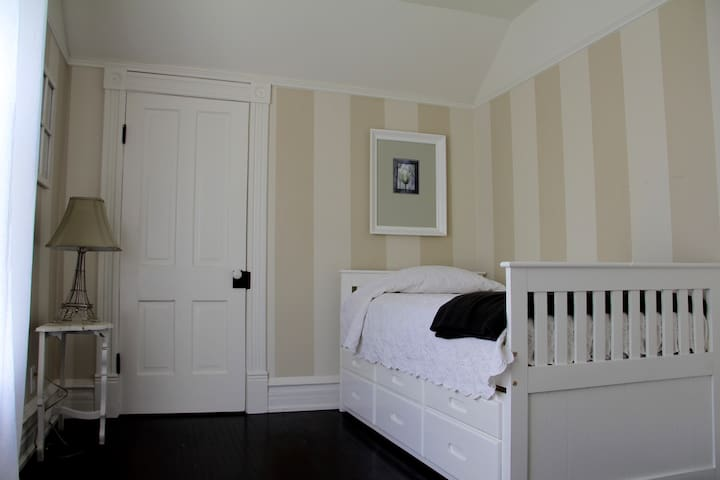 Upstairs bedroom 2 (with trundle)