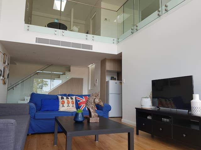 Stylish loft home 600m from Epping Train Station