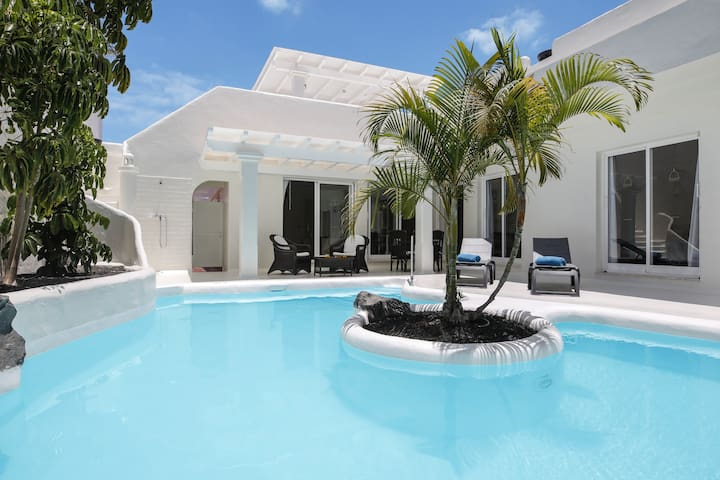 """Beautiful Vacation Home """"Privè Royal Villa"""" Close to the Sea with Pool, Wi-Fi, Jacuzzi, Terrace & Air Conditioning; Parking Available"""