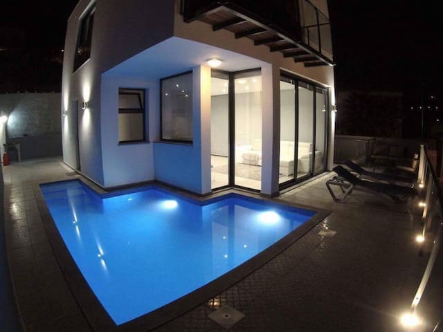 Hillside Villa, private pool fab views & parking - Arco da Calheta