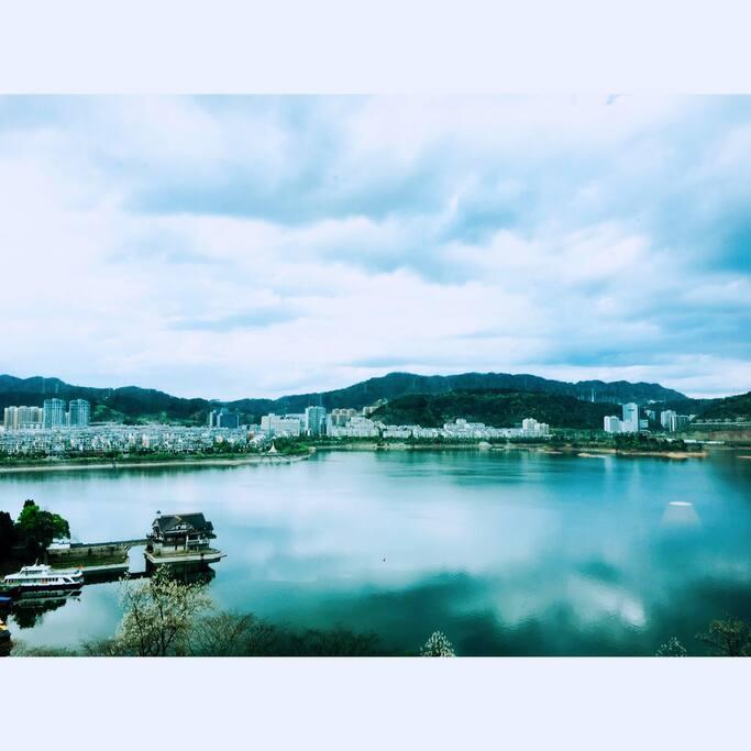 窗外景色-一城山色半城湖