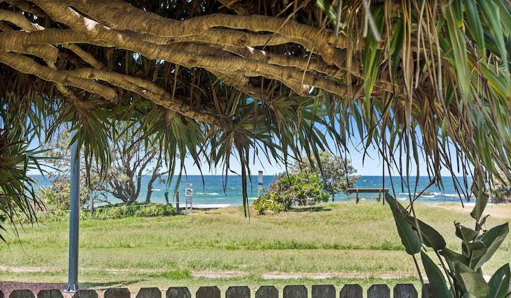 Pandanus on Emerald-Best location,beach and cafe's