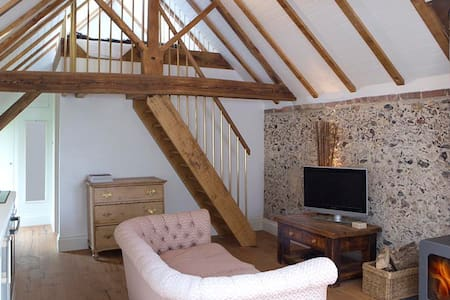 Shepherd's Barn. Romantic Bolthole, 65mi fr London - Lavant  - House