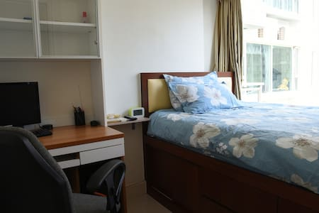 香港九龍將軍澳…高尚住宅區,盡顯雍容華貴,地鐵上盖,長達4km美麗的海濱長廊。