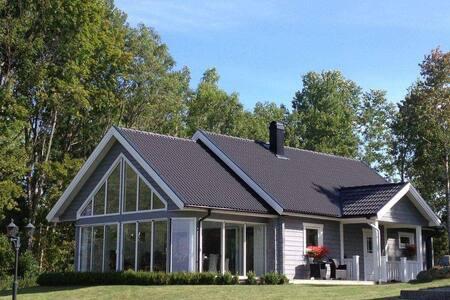 Gästhus med utsikt utöver golfbana och nära Vänern