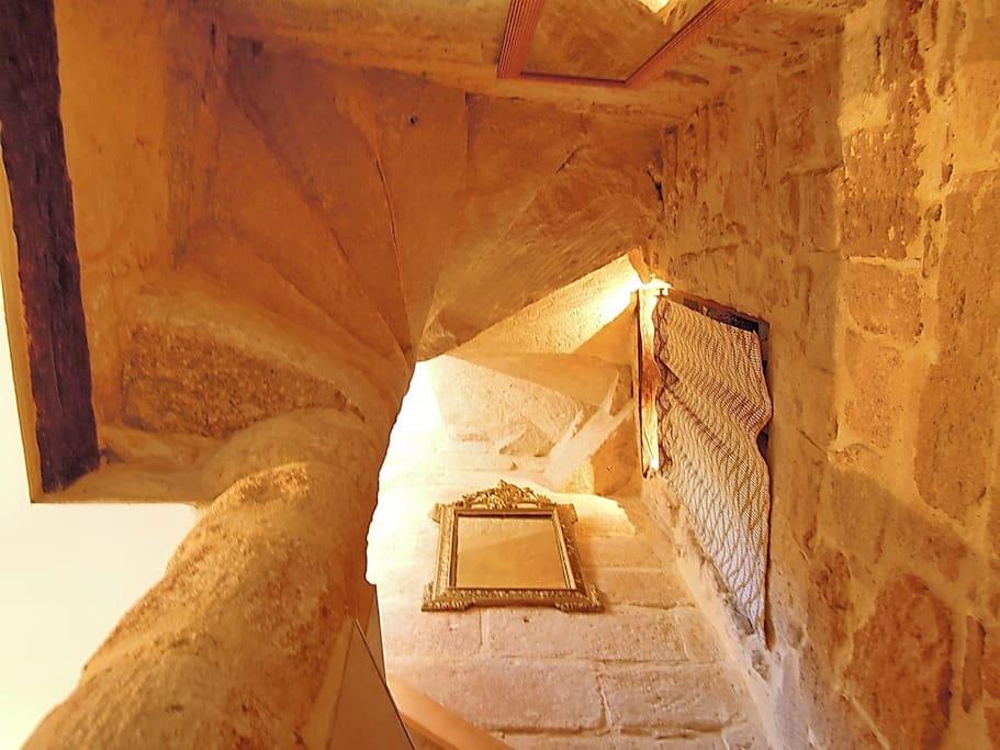 L'entrée avec la montée d'escaliers en pierre