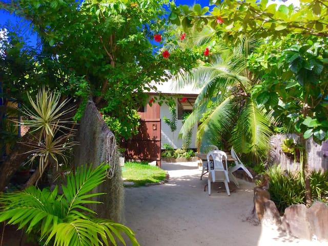 Petit bungalow sur le motu de temae jardin privé