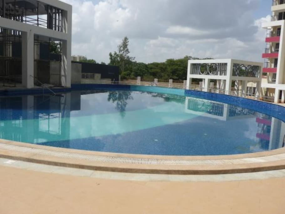 Trendy, posh, modern 2 bed 2 bath apartment is PERFECT for long stays - It is located in an upscale complex - with a long multi level pool - and an air conditioned gym. Great for families there are multiple levels of security, play area for kids