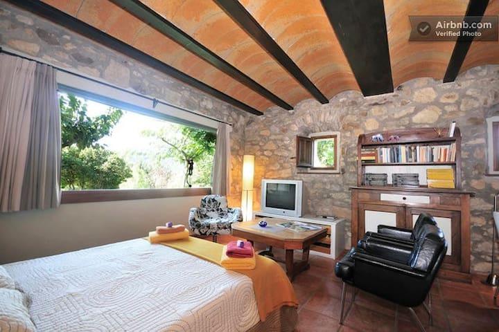 Bedroom for three people  (40 m2 ) & bathroom / Habitación para tres personas y lavabo
