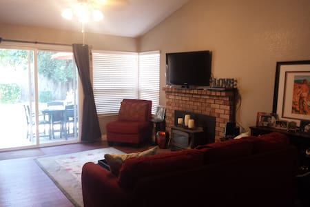 Private Room with queen bed.  Includes breakfast!! - Yuba City - Haus