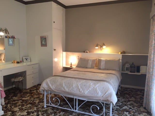 Spacious room, close to Bendigo CBD. Free Wi-Fi