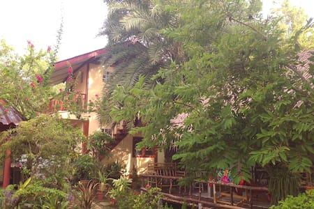 Chambre avec vue sur les orchidées. - Kanchanaburi - Bed & Breakfast