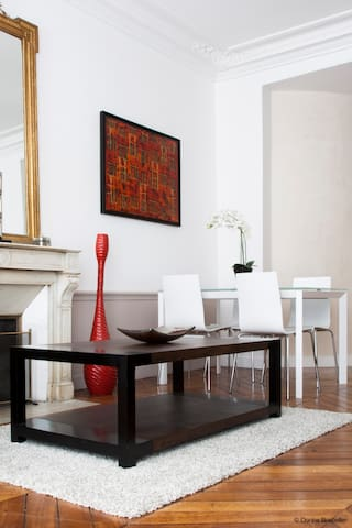 Table basse en face de la cheminée / Coffee table in front of the fireplace