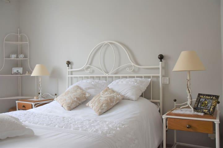 Une chambre dans un charmant appartement de 80m²