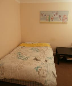 French room close to Luton centre and airport - Luton