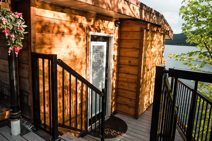 Lakefront Hideaway w/ private lake access & dock!
