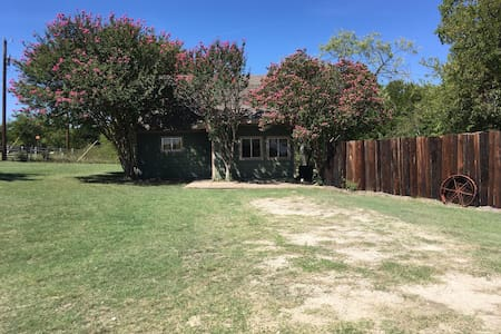 Private country getaway only minutes from Cleburne