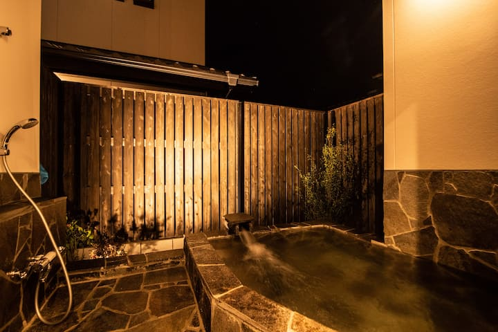 【Matsuriーan】Mixed with Japanese style room and western style room★Only 3 mins away from Kinrin Lake★Outdoor Hot spring.★Same price up to 4 ppl★Only 5 mins away from Yunotsubo street.
