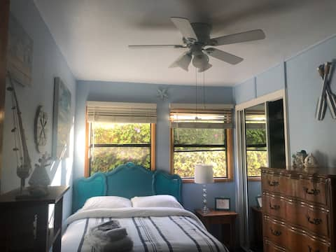 Cozy bungalow a few miles from the beach and LAX