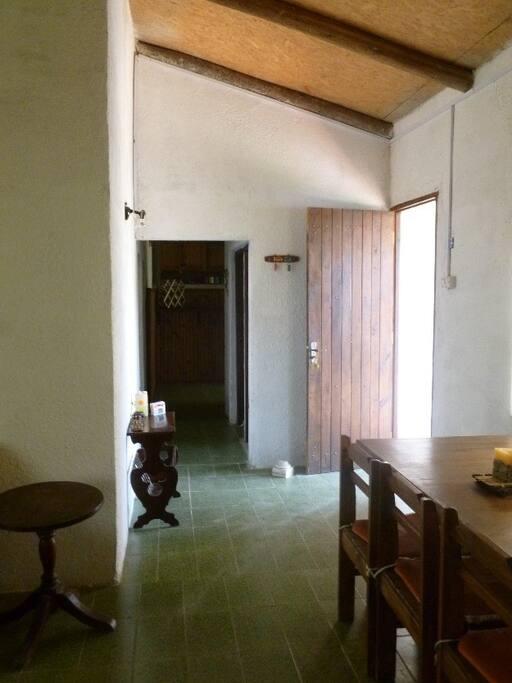Acceso a la casa. Distribución: la puerta de acceso desde el frente es la que se ve a la derecha. El pasillo que se ve centrado en la foto distribuye hacia los dormitorios (izquierda), baño y habitación de servicio (derecha). En la habitación de servicio