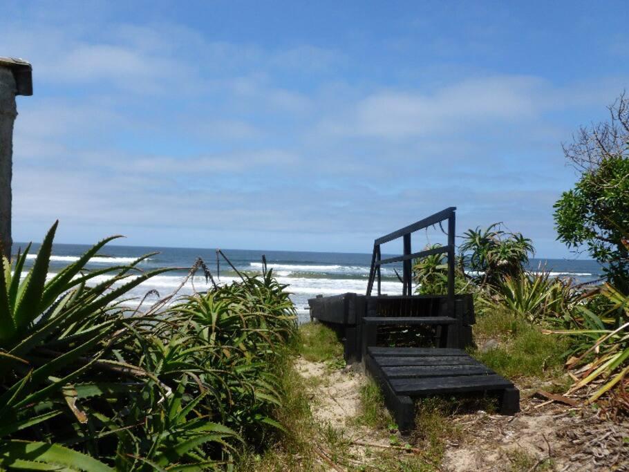 Escalera para bajar directo a la playa!