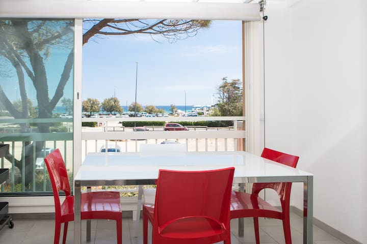 Modern Home with Sea View, 2 min walk to the Beach