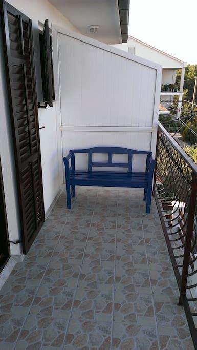 Balkon mit Meerblick und Sitzgelegenheit