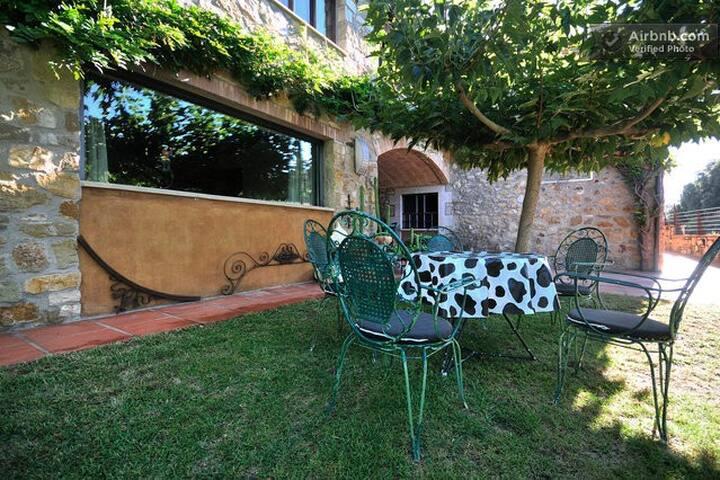 Garden exclusively for guests   /   Jardín reservado para los huéspedes