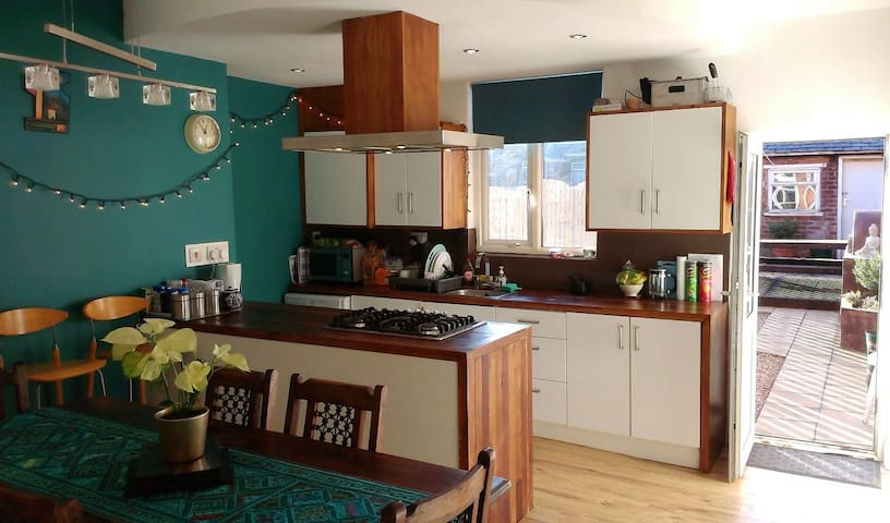 Share our open plan kitchen/diner (ground floor) inc. dishwasher & guest fridge