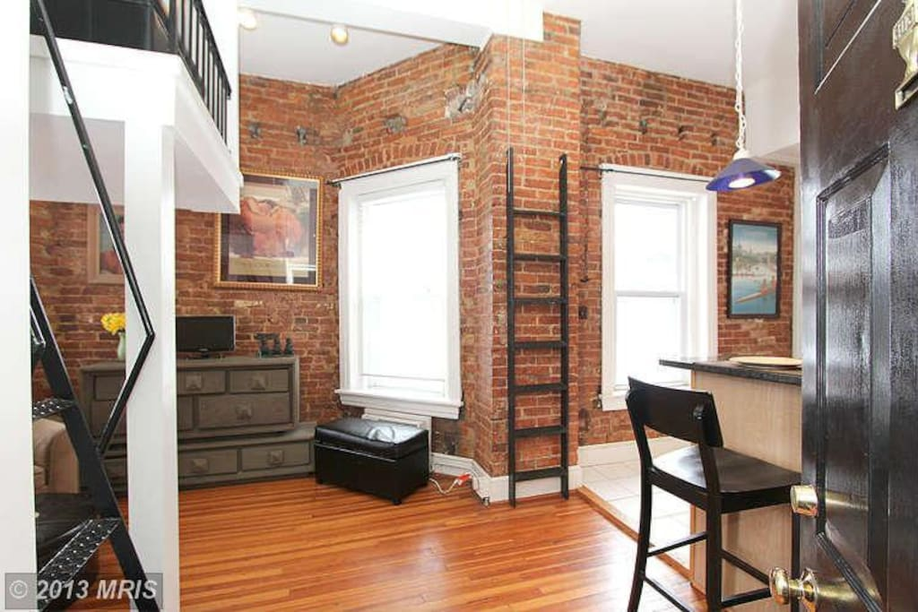 chic city loft in mount pleasant apartments for rent in washington district of columbia. Black Bedroom Furniture Sets. Home Design Ideas