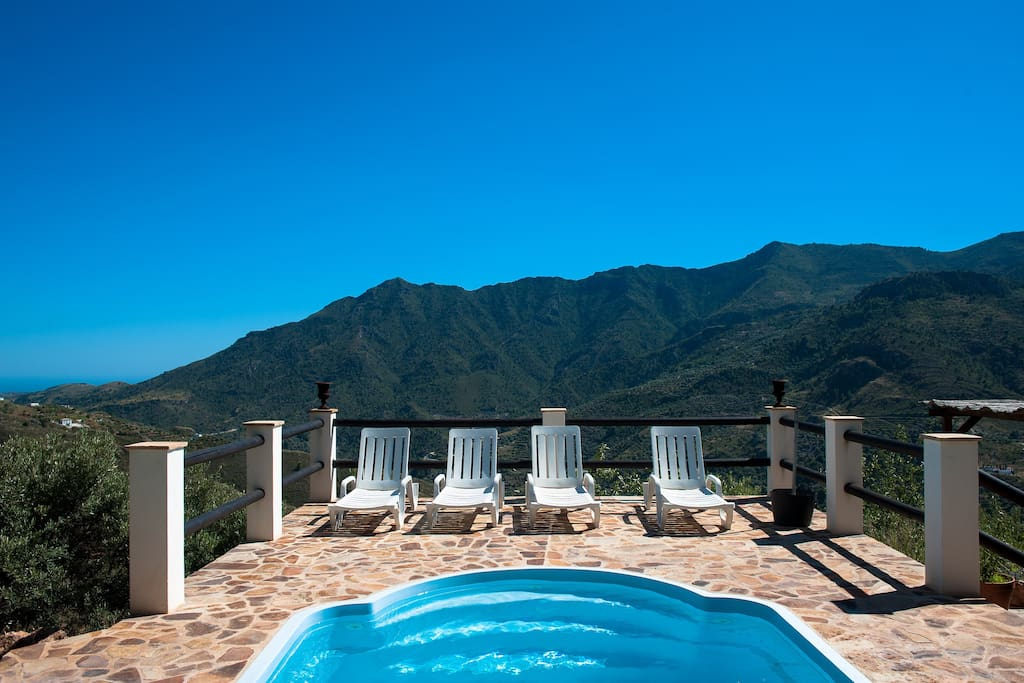 Pool mit Aussicht auf die Berge und das Meer bei Salobreña