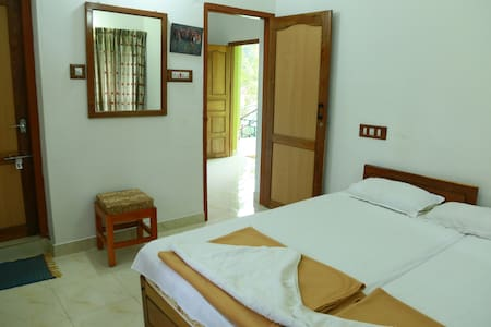 A private room for two adults at Oriole Homestay - Kumily
