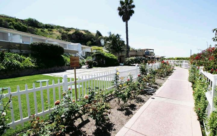 Malibu Country Inn Walk to the beach 1- 4 guests.