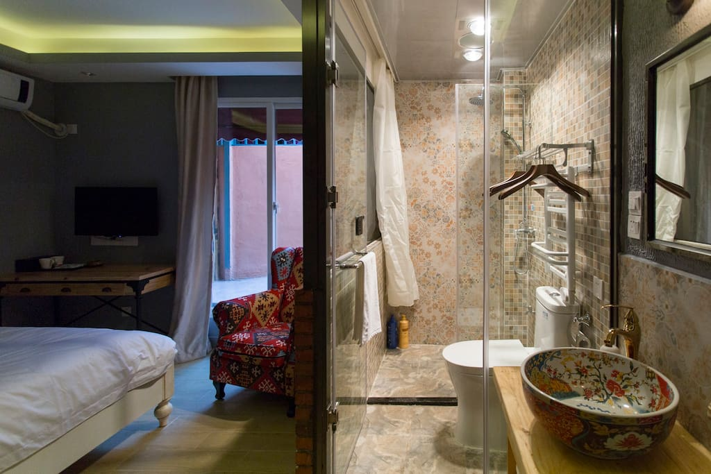 """房间号:5103房    床型:一张1.8米大床      楼层:1楼     室内面积:约17平方    【客栈温馨的服务、星级舒适床品、高速光纤WIFI全覆盖、静音冷暖空调、24小时无限量热水供应、干湿分离的浴室、快捷门禁系统、吹风机、保温烧水壶、浴巾、洗漱用品等配套齐全】,让您拎包即可入住。此房型在1楼,虽然不大,但有个独立小阳台,适合喜欢晒晒太阳、聊天的小伙伴~~订好房间后,如需到店路线和旅游攻略,欢迎加WX:""""zengcuoan""""咨询,有问必答哦~~"""