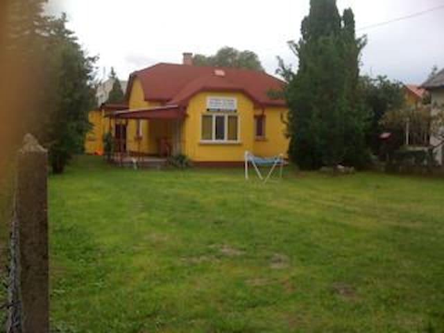 Cozy Yellow Park/Lake Front Cottage - Zamárdi - House