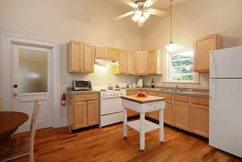 Furnished Apartment Walk to Downtown 30 day min