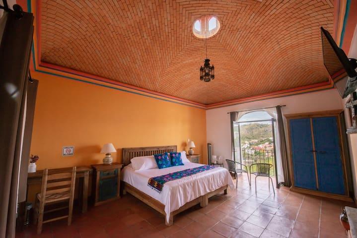 Habitación colonial cama king Size y balcón