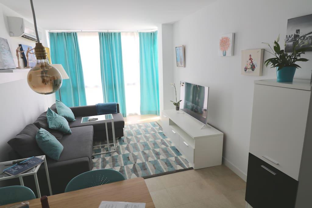 Lighty living room with big TV (Netflix included), Amplio Salón con gran TV (Netflix incluido)