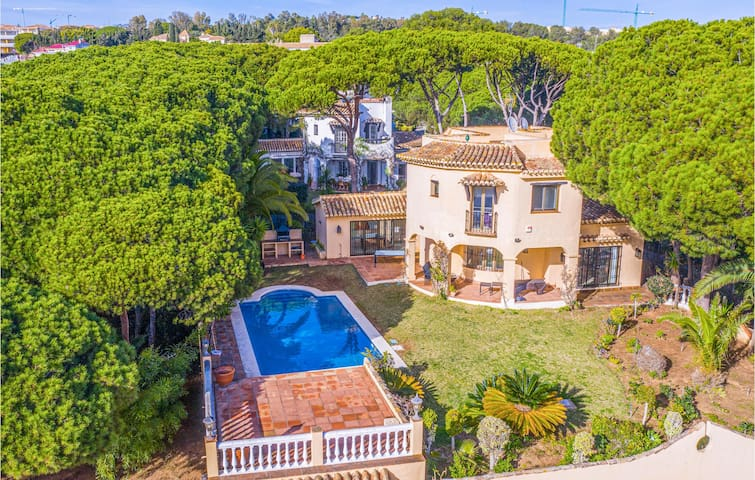 Holiday cottage with 4 bedrooms on 275m² in Marbella